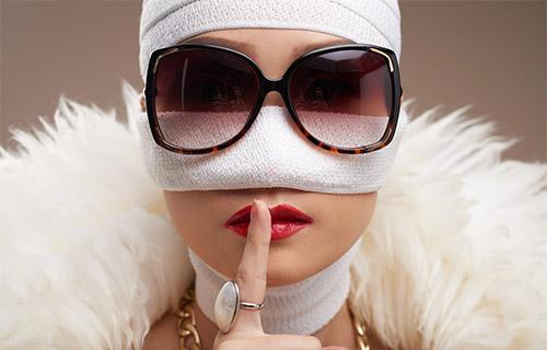 đeo kính sau nâng mũi