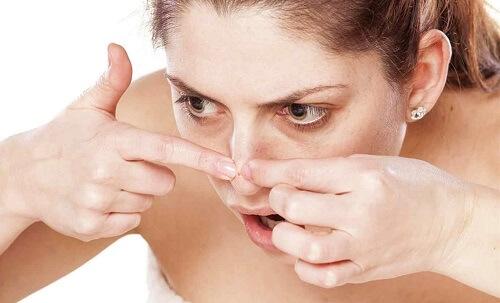 nâng mũi có nặn mụn được không
